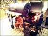 A Ψησταρια char griller texas style με ροδες κ συρταρι στα πλαγια  πολυ καλης ποιοτητας ψηνει και με ζεστο αερα εαν βαλουμε φωτια μονο στο ενα μικρο κουτι καρβουνα κ κλεισουμε το καπακι.εξυπνη ψησταρια εξυπνο ψησιμο!.